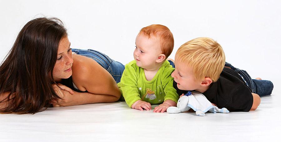 Jeune Baby-Sitter avec deux enfants