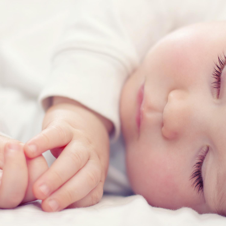 Bébé qui dort sur le côté