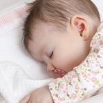Bébé qui dort sur le côté représente un danger