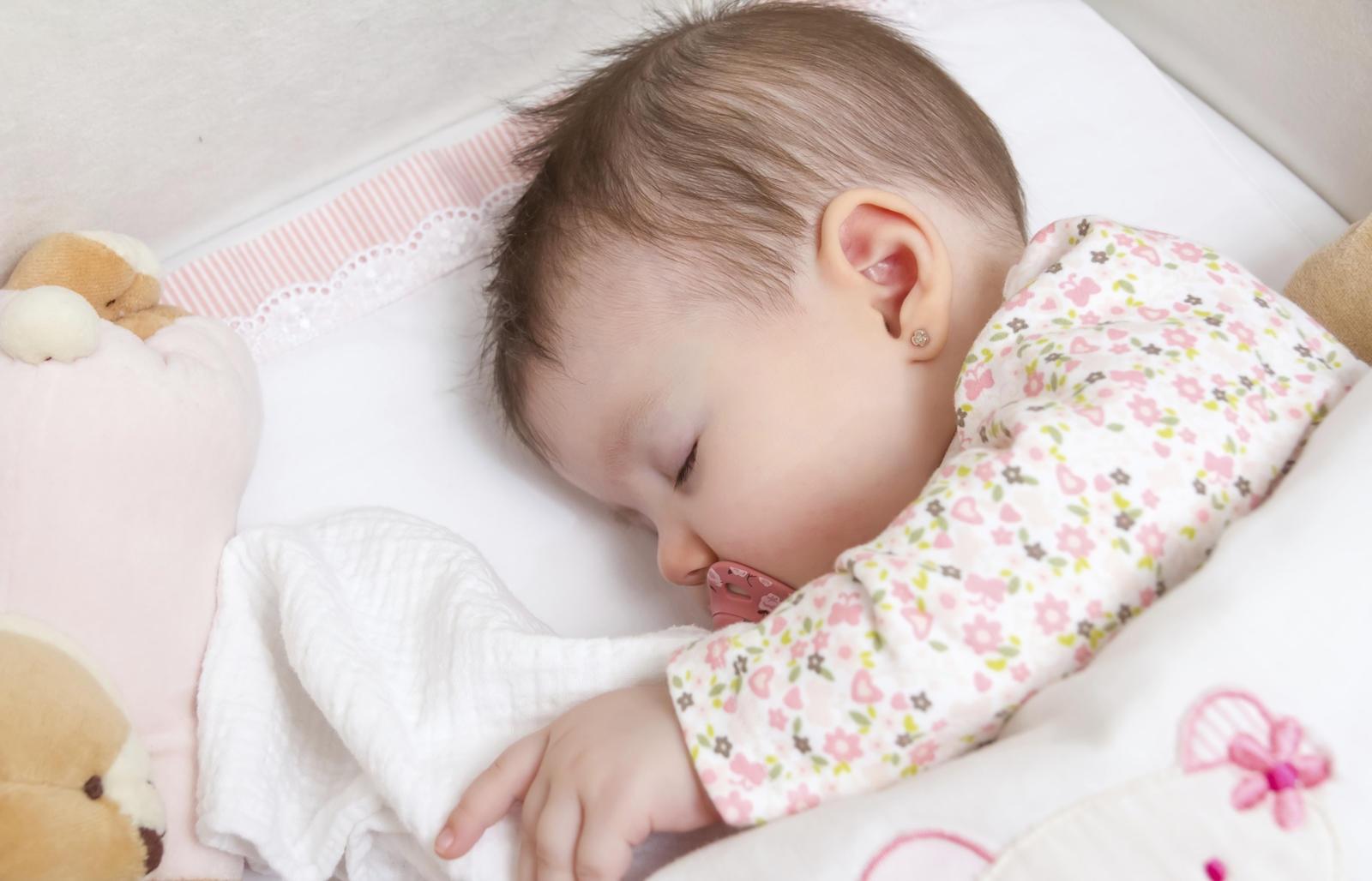 bébé en position de sommeil latéral