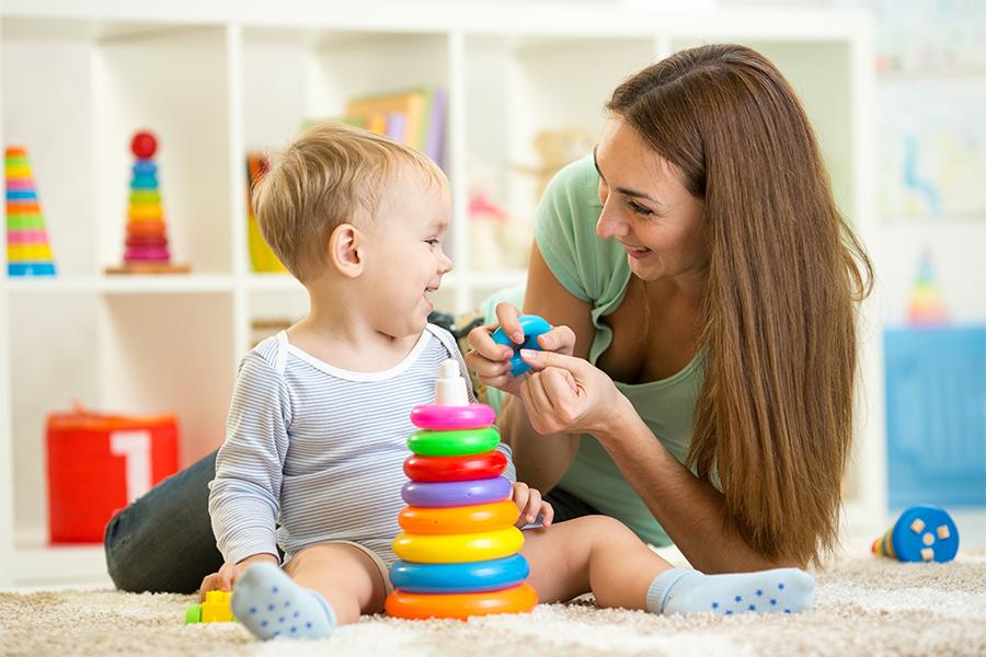 Baby Sitter joue avec un enfant qui rigole