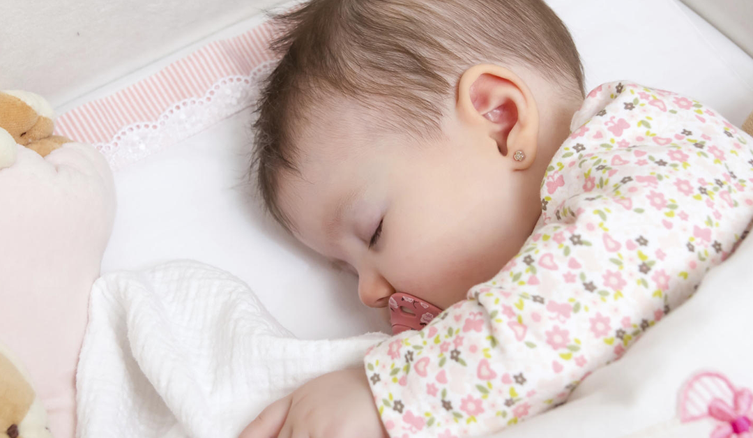 Bébé dort sur le côté : pourquoi c'est pas bon et comment faire pour les empêcher