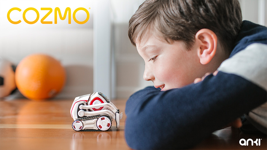 Un enfant joue avec Cozmo le robot