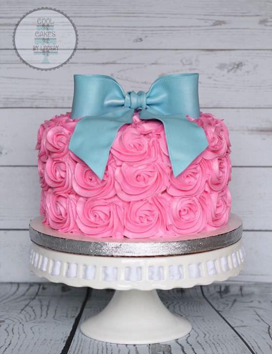 Un gâteau composé de roses et d'un noeud
