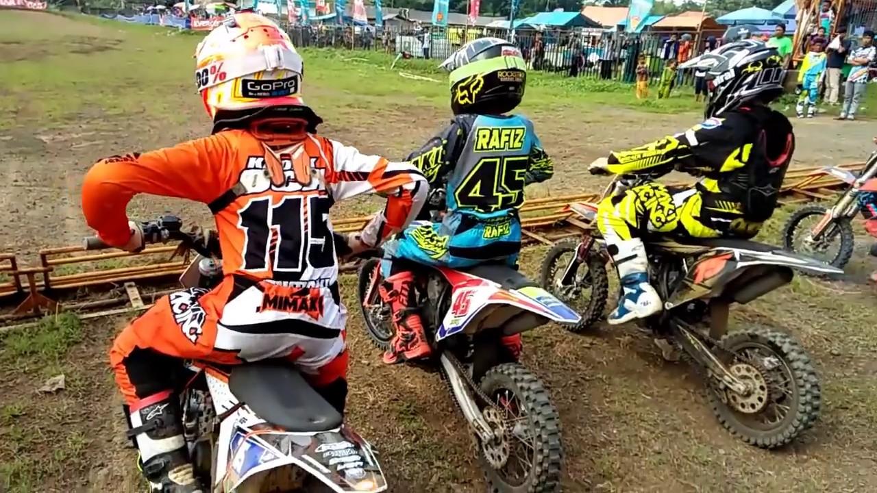 Course de moto avec enfants