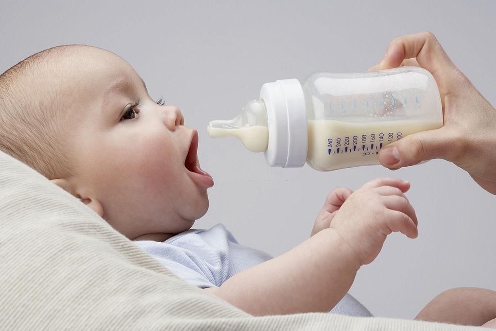 Bébé attend avec impatience son biberon